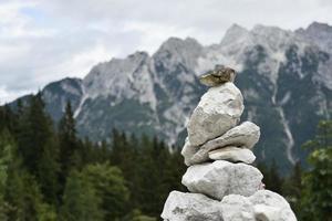 een stapel stenen bij een berg foto