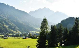 zonnige juliaanse alpen foto