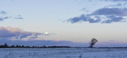 blauwe pastel hemel met maan