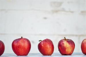 rode appels op een tafel foto