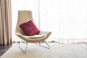 witte stoel met rood kussen en vloerkleed