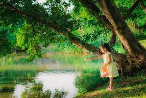 meisje vissen voederen in een park