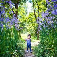 meisje loopt in een tuin foto