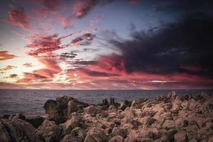 zonsondergang op de rotsachtige kusten foto