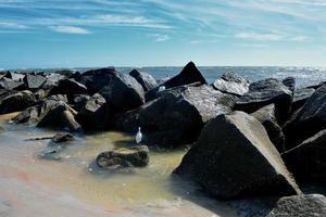 zwarte rotsen in de oceaan foto