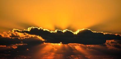 dramatische oranje zonsondergang