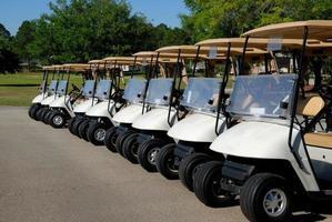 golfkarretjes op de golfbaan foto
