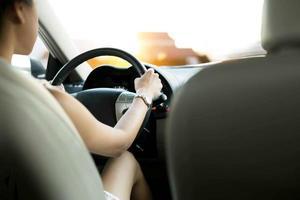 Aziatische vrouw-rijdende auto foto
