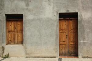 twee bruine houten deuren in mexico foto