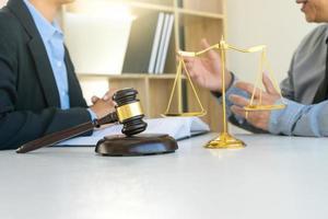 twee zakenmensen ontmoeten elkaar in een advocatenkantoor foto