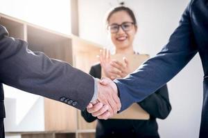 zakelijke handdruk na het bespreken van een goede deal