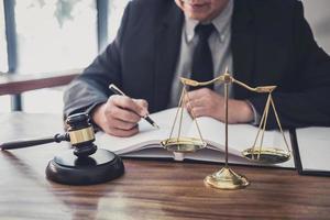 mannelijke advocaat die werkt met contractpapieren