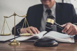 mannelijke advocaat of rechter die met contractpapieren werkt
