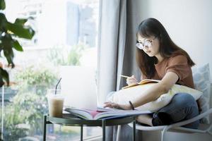 tiener meisje met behulp van computer laptop om online zelf te leren