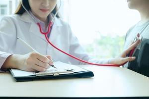 arts onderzoekt een patiënt met een stethoscoop