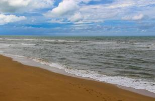 strand en blauwe lucht foto