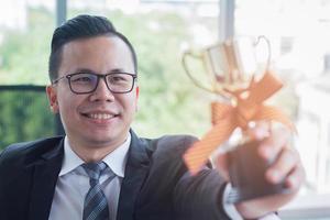 zakenman met een trofee foto