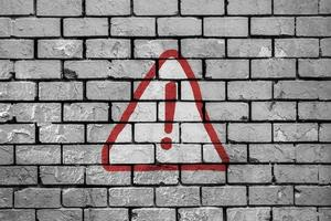 waarschuwingsbord geschilderd op een bakstenen muur
