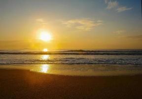 zonsopgang op het strand foto