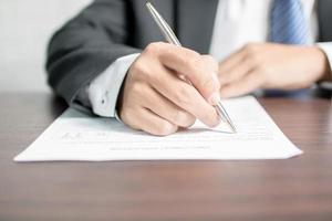 close-up van een professionele schrijven op een formulier