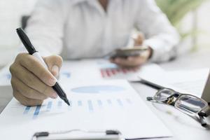 close-up van een accountant aan het werk