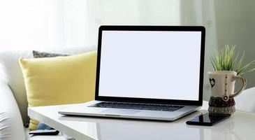 laptopmodel in een woonkamer