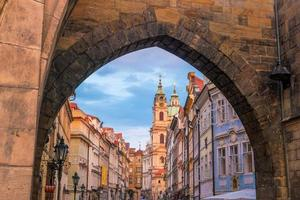 Karelsbrug en de skyline van de stad Praag foto