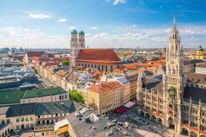 de skyline van München met blauwe hemel foto