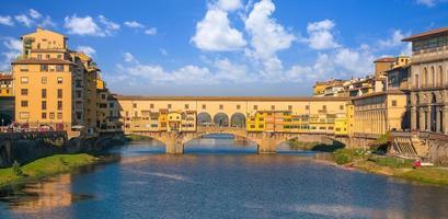 ponte vecchio over de rivier de arno in florence foto