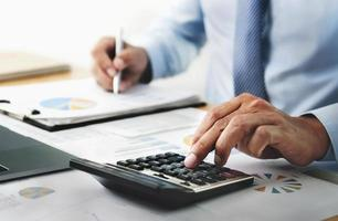 bedrijfspersoon met behulp van rekenmachine