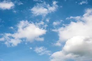 witte wolken en blauwe lucht foto