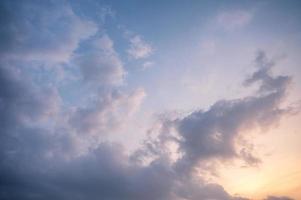 bewolkte en blauwe hemel in de avond foto