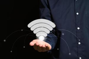 wifi-symbool in de hand foto