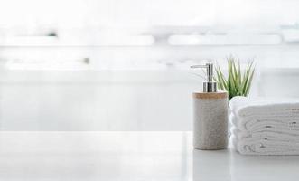 zeepdispenser en handdoeken op een tafel foto