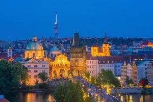 Karelsbrug en de skyline van de stad Praag