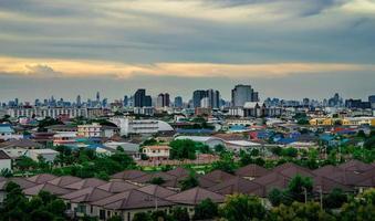 stedelijk stadsbeeld in de schemering foto