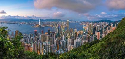 victoria harbour en hong kong skyline schemering
