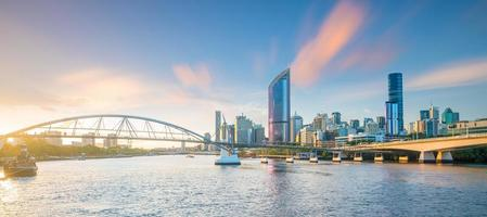 Brisbane skyline van de stad bij schemering foto