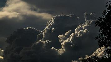 dramatische wolken en verlichting foto