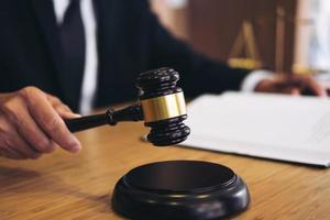 close-up van een rechter met een hamer foto