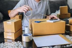 close-up van een persoon die zendingen vanuit huis voorbereidt foto