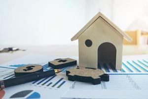 vergrote weergave van een houten huis op een rapport