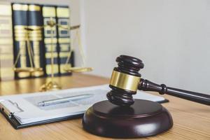 close-up van een hamer en wetboeken foto