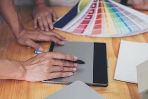 close-up van een ontwerper met behulp van een tekentablet foto