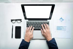 bovenaanzicht van een persoon die op een laptop werkt