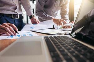 close-up van een commercieel team dat aan een rapport werkt
