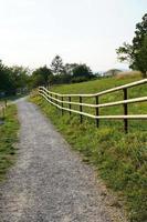 onverharde weg en een hek