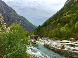 rivier in de bergen foto