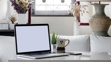 laptopmodel in een woonkamer foto