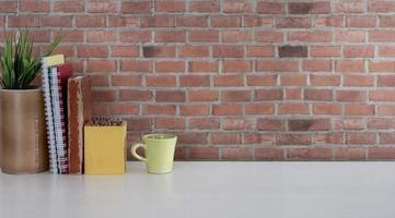 koffie met kantoorbenodigdheden met een bakstenen achtergrond foto